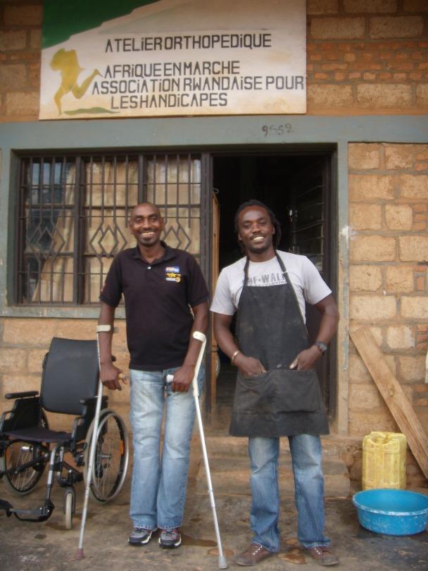 Thomas, bénéficaire, et César devant l'atelier orthopédique