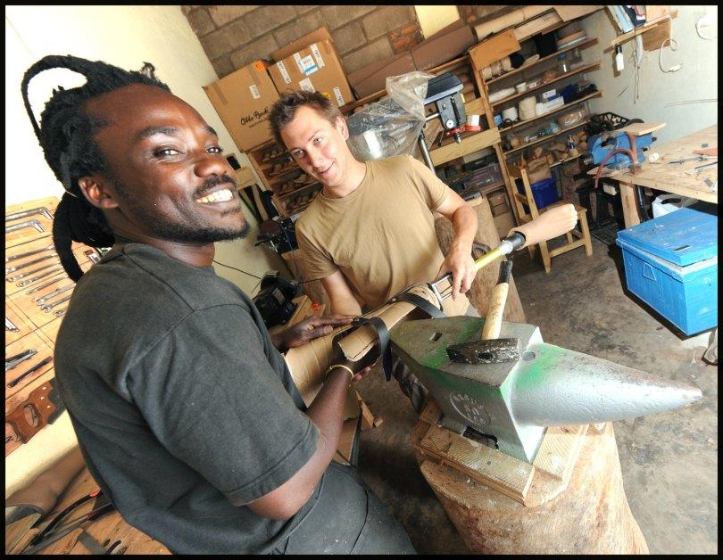 César et Olivier dans l'atelier orthopédique